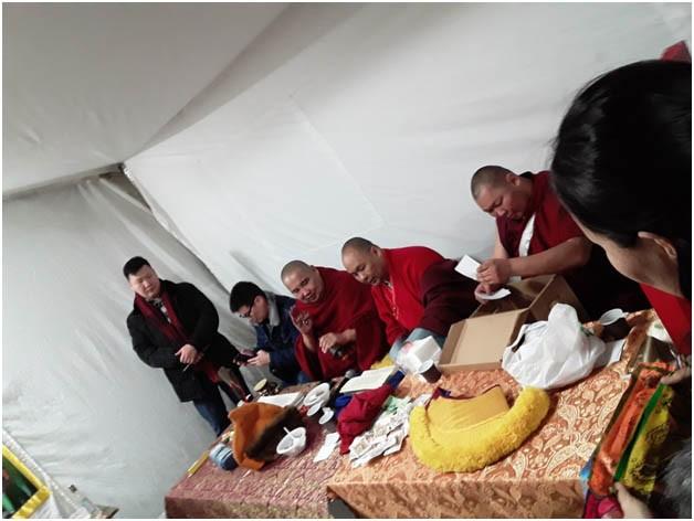 Ламы читают молебны и зачитывают личные благопожелания.